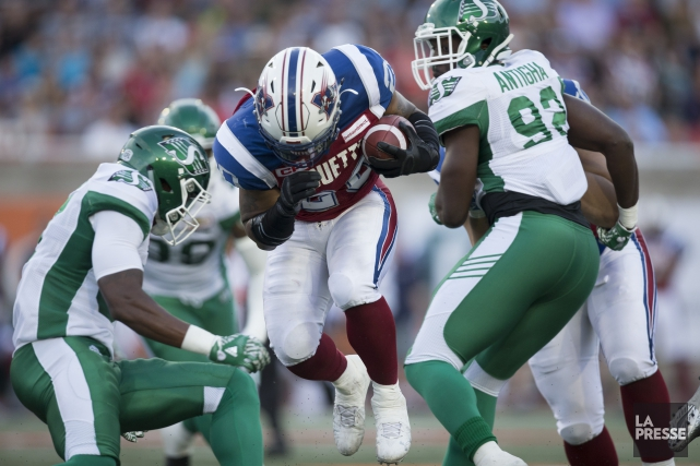 Tyrell Sutton perce la muraille des Roughriders.... (PHOTO OLIVIER JEAN, LA PRESSE)