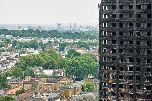 Les enquêteurs croient que l'incendie de la tour... (PHOTO NIKLAS HALLE'N, AGENCE FRANCE-PRESSE)