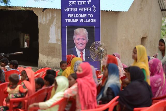 Une pancarte proclamant «Bienvenue au village Trump», ornée... (Photo MONEY SHARMA, AFP)
