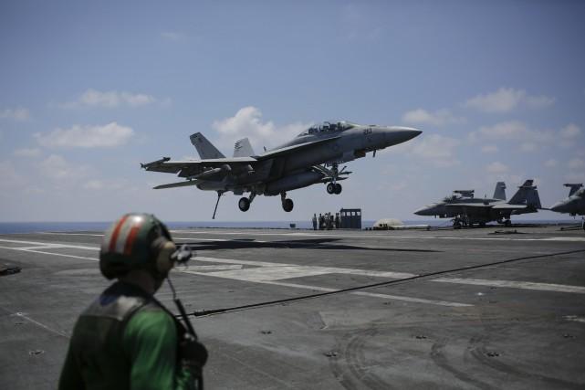 Un F-18 de l'armée de l'air américain apponte... (PHOTO Bram Janssen, AP)