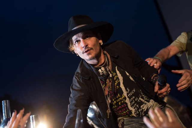 Johnny Depp était au festival de Glastonbury pour... (Photo OLI SCARFF, AFP)
