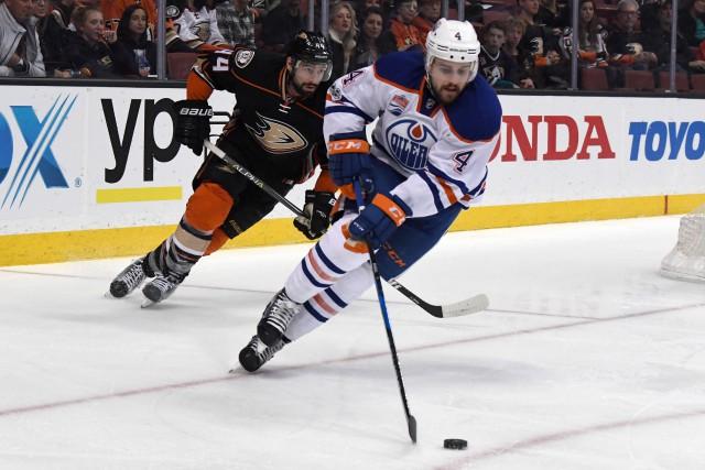 Kris Russell (4) reste à Edmonton pour quatre... (Photo Kirby Lee, USA TODAY Sports)