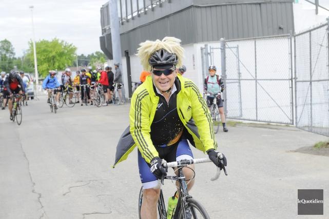 Impossible d'être grognon en croisant ce cycliste qui... (Photo Le Quotidien, Gimmy Desbiens)