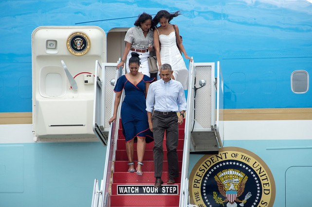 La famille Obama à sa descente d'Air Force... (PHOTO NICHOLAS KAMM, ARCHIVES AGENCE FRANCE-PRESSE)