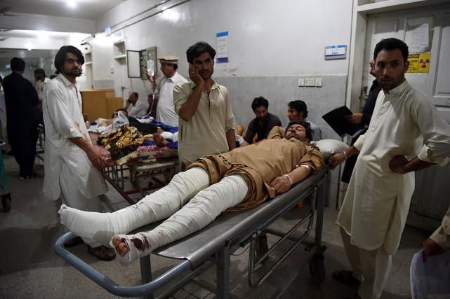 Un homme blessé vendredi lors du double attentat... (PHOTO ABDUL MAJEED, AGENCE FRANCE-PRESSE)