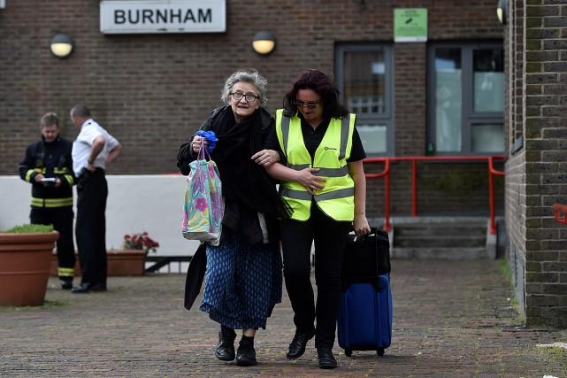 Une résidante de la tour Burnham reçoit de... (PHOTO HANNAH MCKAY, REUTERS)