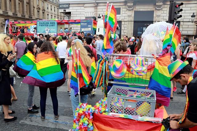 Plusieurs personnes participant au défilé de la fierté... (PHOTO Jacques DEMARTHON, AGENCE FRANCE-PRESSE)