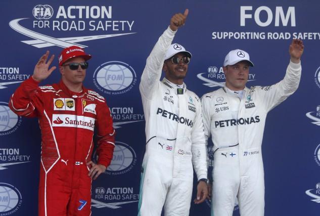Le pilote de Mercedes Lewis Hamilton (au centre)... (AP, Darko Bandic)