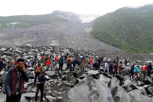 Une centaine de personnes sont encore ensevelies sous... (AFP)