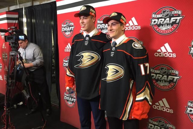 Maxime Comtois et Antoine Morand... (Photo tirée du compte Twitter des Ducks d'Anaheim)
