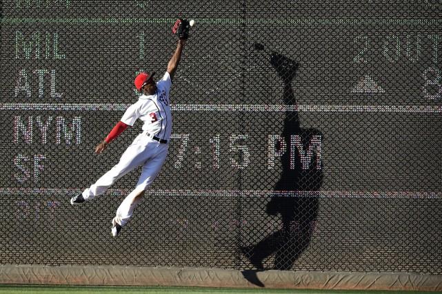 Michael Taylor tente d'attraper la balle frappée par... (Photo Nick Wass, AP)