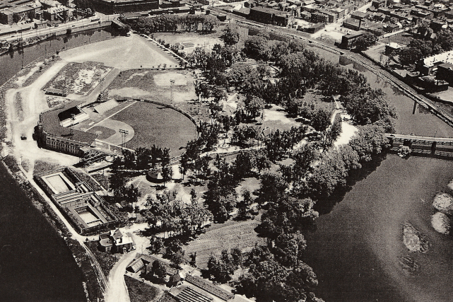 Le stade du parc Victoria en 1947... (Archives de la Ville de Québec, fonds W.B. Edward N023638)