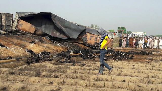L'explosion du camion-citerne remplie d'hydrocarbures a fait au... (AFP)