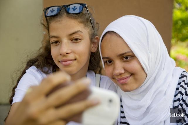 Jasmine Alkhatib et Aisha Limane en session d'égoportrait... (Martin Roy, Le Droit)