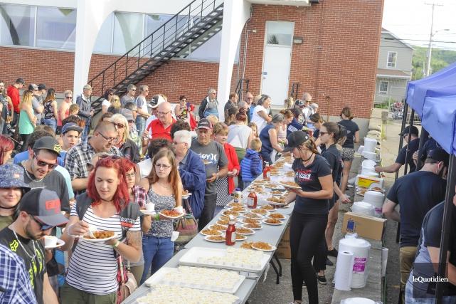 Environ 1500 personnes ont dégusté une bonne part... (Photo Le Quotidien, Gimmy Desbiens)