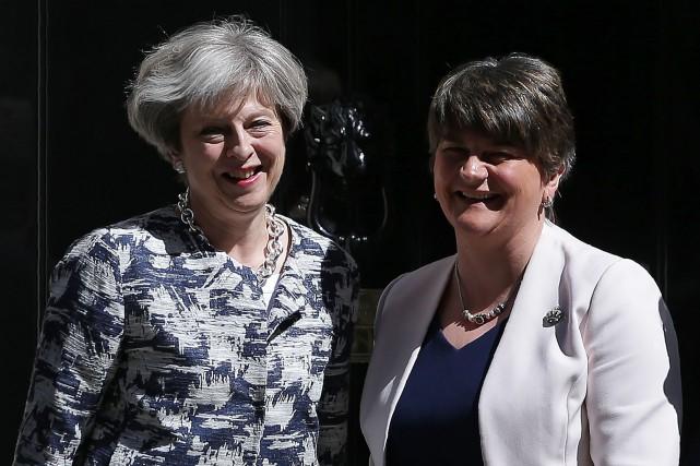 La première ministre britannique Theresa May et la... (PHOTO DANIEL LEAL-OLIVAS, AGENCE FRANCE-PRESSE)