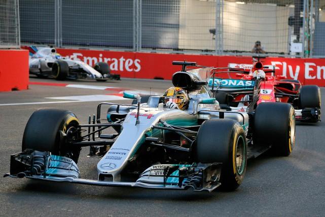 Lewis Hamilton roule devant Sebastian Vettel auGrand Prix... (PHOTO EFREM LUKATSKY, ASSOCIATED PRESS)