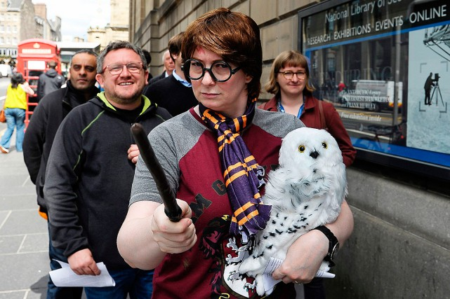 Des fans d'Harry Potter patientent afin de pouvoir... (PHOTO NEIL HANNA, AGENCE FRANCE-PRESSE)