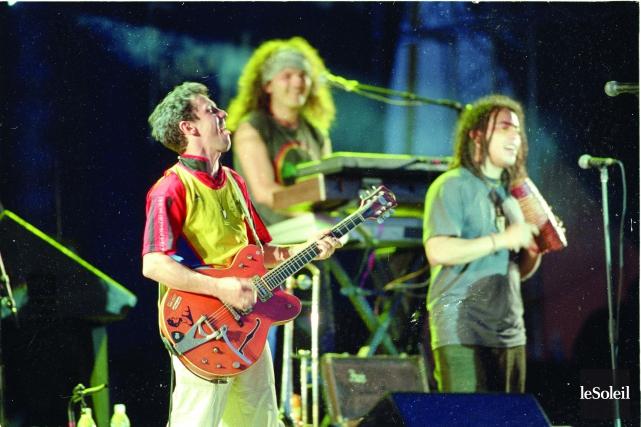 Manu Chao était accompagné d'une dizaine de musiciens.... (Photothèque Le Soleil, Jean-Marie Villeneuve)