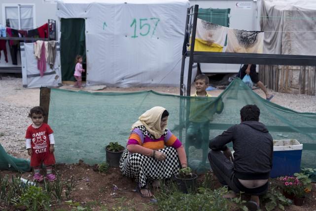 Des réfugiés syriens dans un camp au nord... (AP, Petros Giannakouris)