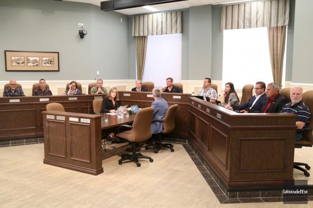 Le conseil municipal de Granby était réuni en... (Janick Marois, La Voix de l'Est)