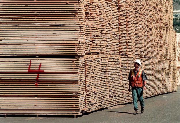 L'industrie canadienne du bois d'oeuvre est maintenant frappée par une taxe... (Archives PC)