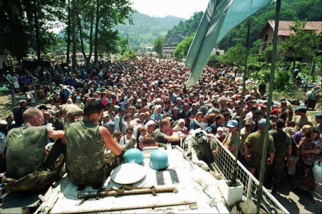 Au cours de l'évacuation de Srebrenica, les Casques... (ARCHIVES AP)