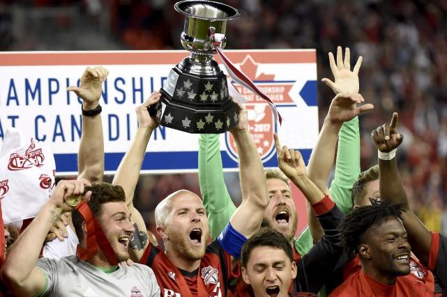 Les joueurs du Toronto FC célèbrent après avoir... (La Presse canadienne, Nathan Denette)