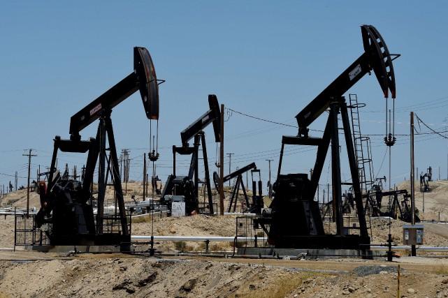 Les cours du pétrole new-yorkais se sont légèrement repliés lundi, peinant à se... (PHOTO MARK RALSTON, ARCHIVES AFP)