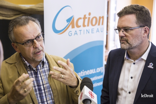 Aurèle Desjardins, accompagné du maire de Gatineau et... (Simon Séguin-Bertrand, Le Droit)