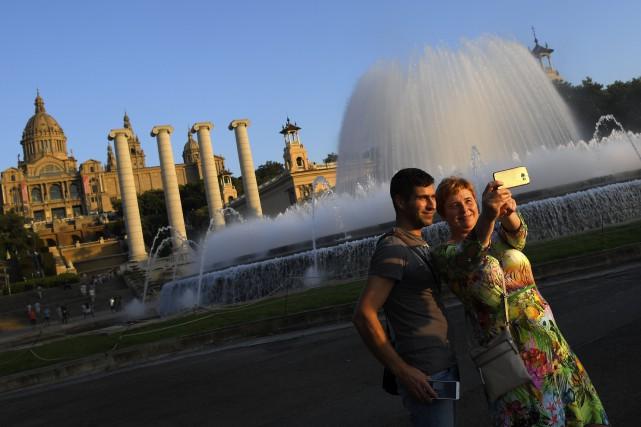 Sans être «tourismophobes», les Barcelonais considèrent que le... (AFP, Lluis Gene)