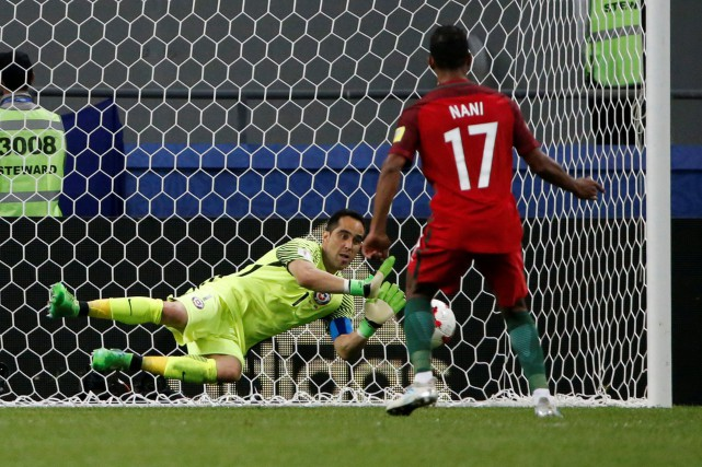Le gardien du Chili Claudio Bravo a arrêté... (Photo Grigory Dukor, Reuters)