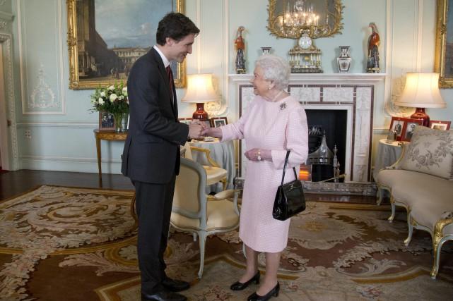 Justin Trudeau a rencontré la reine Elizabeth II... (ARCHIVES AP)