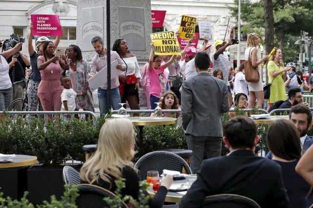 Des manifestants devantle Trump International Hotel, situé à... (AP, Alex Brandon)
