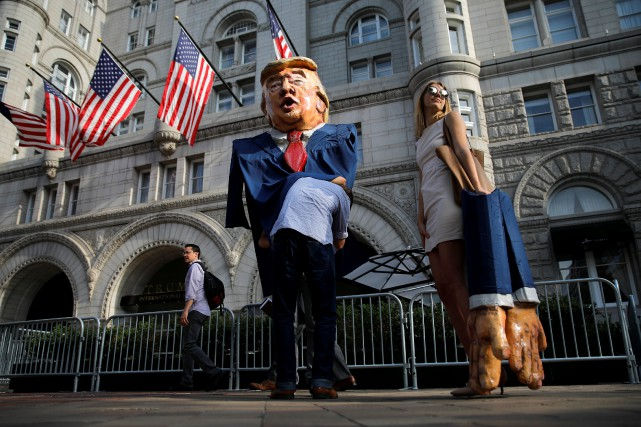 Une femme personnifiant Ivanka Trump se tient à... (PHOTO REUTERS)