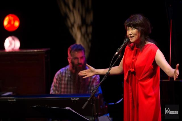 De sa voix diaphane, elle vous susurre en français ce qu'elle vous a interprété... (Photo Martin Tremblay, La Presse)