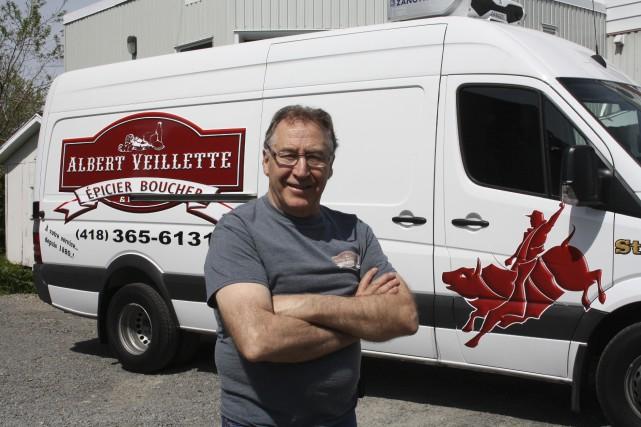 Gilles Veillette devant son camion de livraison qui... (Gabriel Delisle)