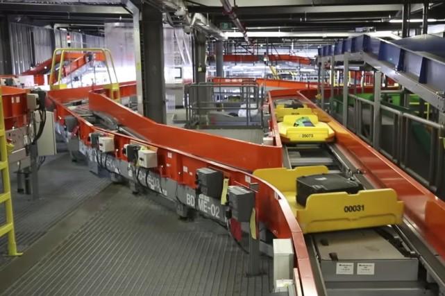 Vanderlande fabrique entre autres des tapis roulants et... (Capture d'écran d'une vidéo)
