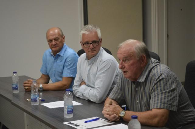 Les élus de L'Ange-Gardien avec le maire Robert... (Archives, Le Droit)