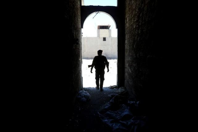 Un combattant desForces démocratiques syriennes près deRaqqa.... (PHOTO DELIL SOULEIMAN, AFP)
