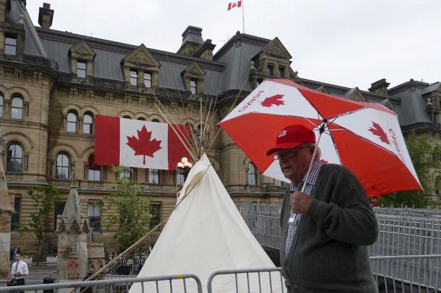 Des militants autochtones ont installé un tipi aux... (La Presse canadienne, Justin Tang)
