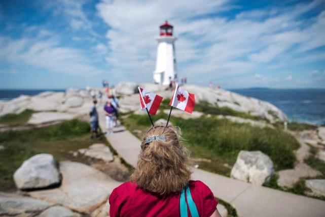 Une visiteuse a profité de son passage àPeggy'sCove,... (PHOTO DARREN CALABRESE, ARCHIVES LA PRESSE CANADIENNE)