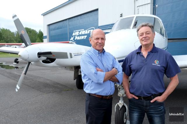 Le pilote granbyen Guy Berlinguette et le président... (Alain Dion, La Voix de l'Est)
