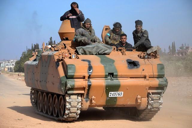 Des soldats rebelles soutenus par la Turquie avancent... (PHOTO NAZEER AL-KHATIB, ARCHIVES AGENCE FRANCE-PRESSE)