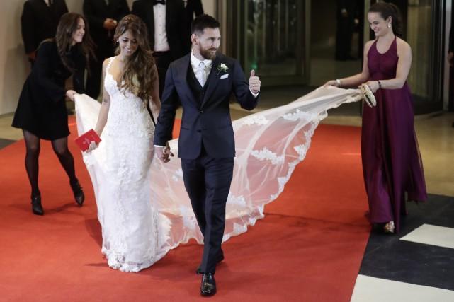 La robe de la mariée, blanche, décoletée avec... (Photo AP)
