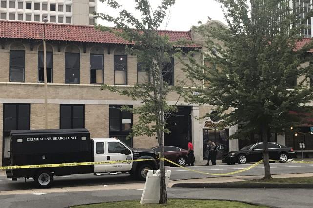 Vingt-cinq personnes ont été atteintes par balle et trois autres souffrent... (Photo Andrew DeMillo, AP)