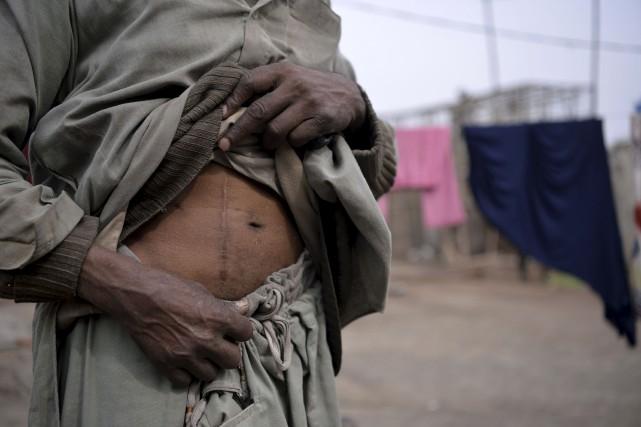 Des millions de pauvres aux abois sont exploités... (AFP, Aamir Qureshi)