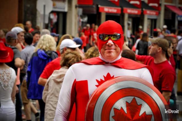 Capitaine Canada patrouille les rues d'Ottawa.... (MARTIN ROY, LE DROIT)