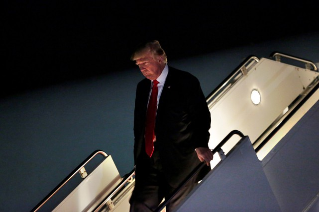 Donald Trump à sa descente d'Air Force One... (PHOTO YURI GRIPAS, REUTERS)