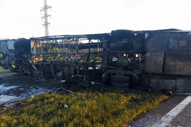 Le véhicule s'est renversé sous le choc de... (PHOTO AFP/FOURNIE PAR LE MINISTÈRE RUSSE DES SITUATIONS D'URGENCE)
